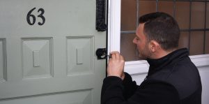 showing head locksmith at work